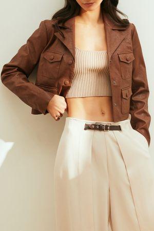 Укороченная куртка-косуха из фактурной экокожи