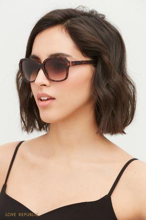 Солнцезащитные очки в черепаховой оправе