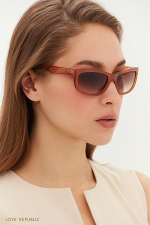 Солнцезащитные очки в яркой оправе