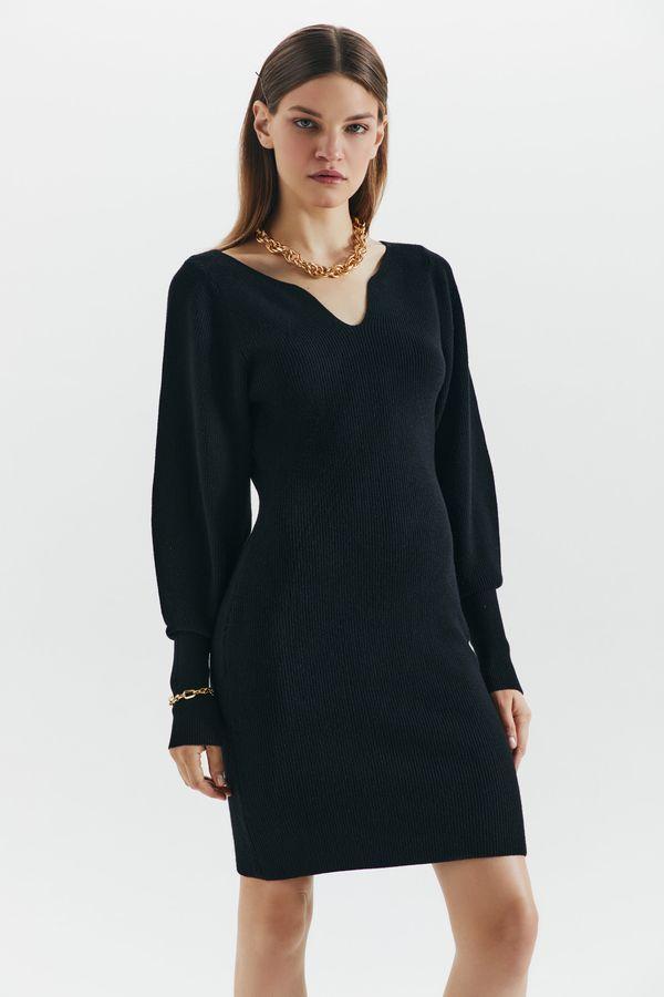 Трикотажное платье с фигурным декольте 1450323502-60