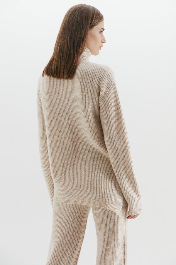 Асимметричный свитер объемного кроя