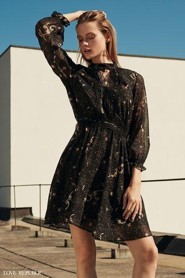 Мини-платье из тёмной ткани с принтом 9358251501