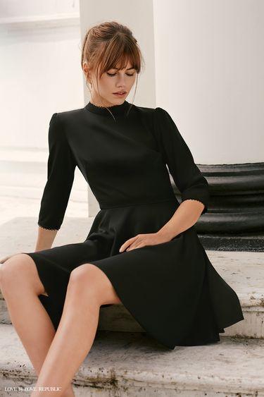 Приталенное платье с высоким воротником 9358507570