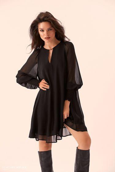Прямое чёрное платье с объёмными рукавами 9359001530
