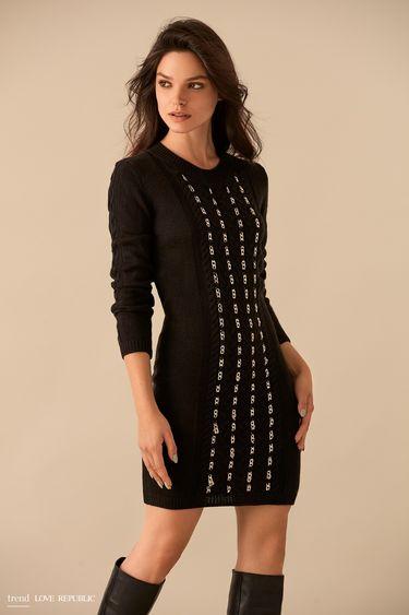 Чёрное трикотажное платье сдекором из цепочек 9359135521