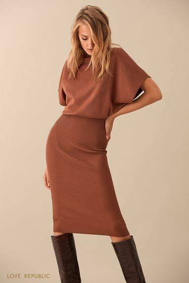 Коричневое трикотажное платье-миди с объёмным верхом 9359150544