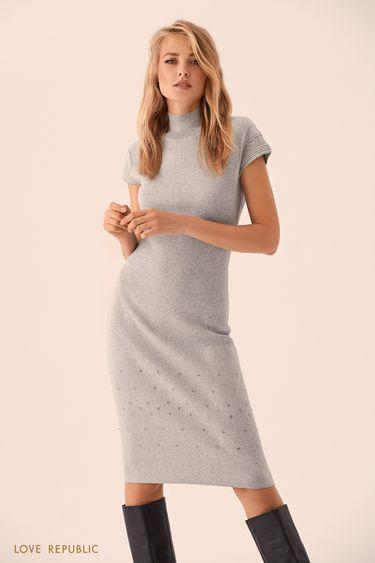 Серое трикотажное платье с высоким воротником 9359388512