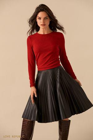 Короткая красная блузка из материала с люрексом