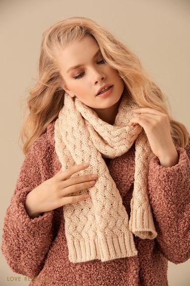 Широкий молочный шарф фактурной вязки 944015006