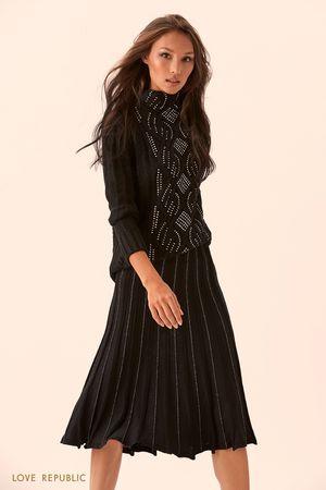 Свитер чёрного цвета с высоким воротником и блестящим декором фото