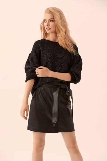 Чёрный джемпер со спущенным плечом и объёмными рукавами 9450163866