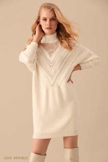 Трикотажное платье-свитер молочного цвета с кружевом 9450381571