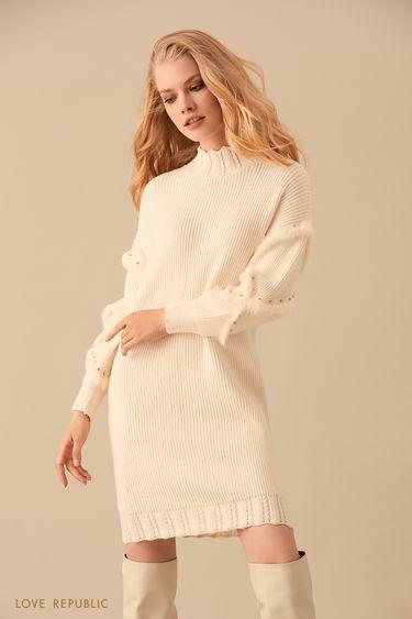 Трикотажное платье молочного цвета с декором из страз 9450394503