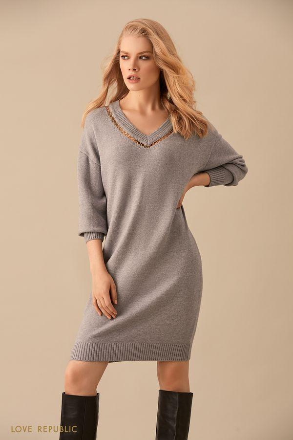 Платье-свитер цвета серый меланж с декоративной цепочкой 9450889511-38