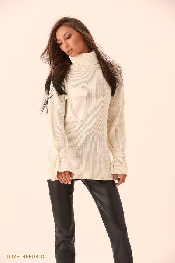 Объёмный свитер молочного цвета с накладным карманом на клапане 9450893870-60