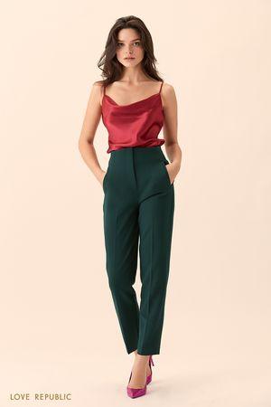 Укороченные тёмно-зелёные брюки с высокой талией фото
