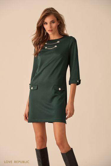 Платье изумрудного цвета с декором из цепочек и пуговиц 9451081546