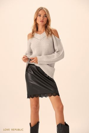 Удлинённый джемпер серого цвета с открытыми плечами