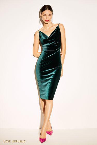 Приталенное платье изумрудного цвета с драпировкой 9452757551